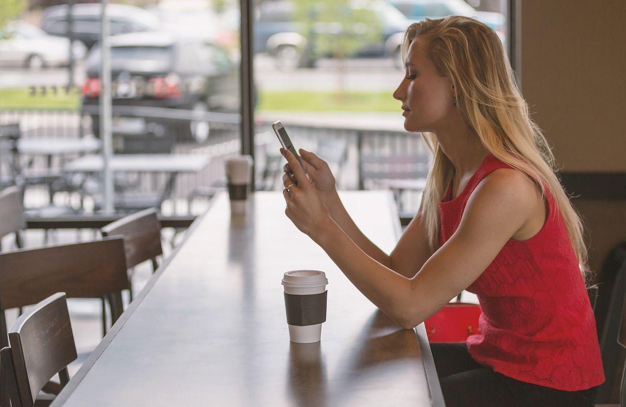 w barze ze smartfonem